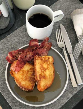 French Toast mit Ahornsirup und Bacon