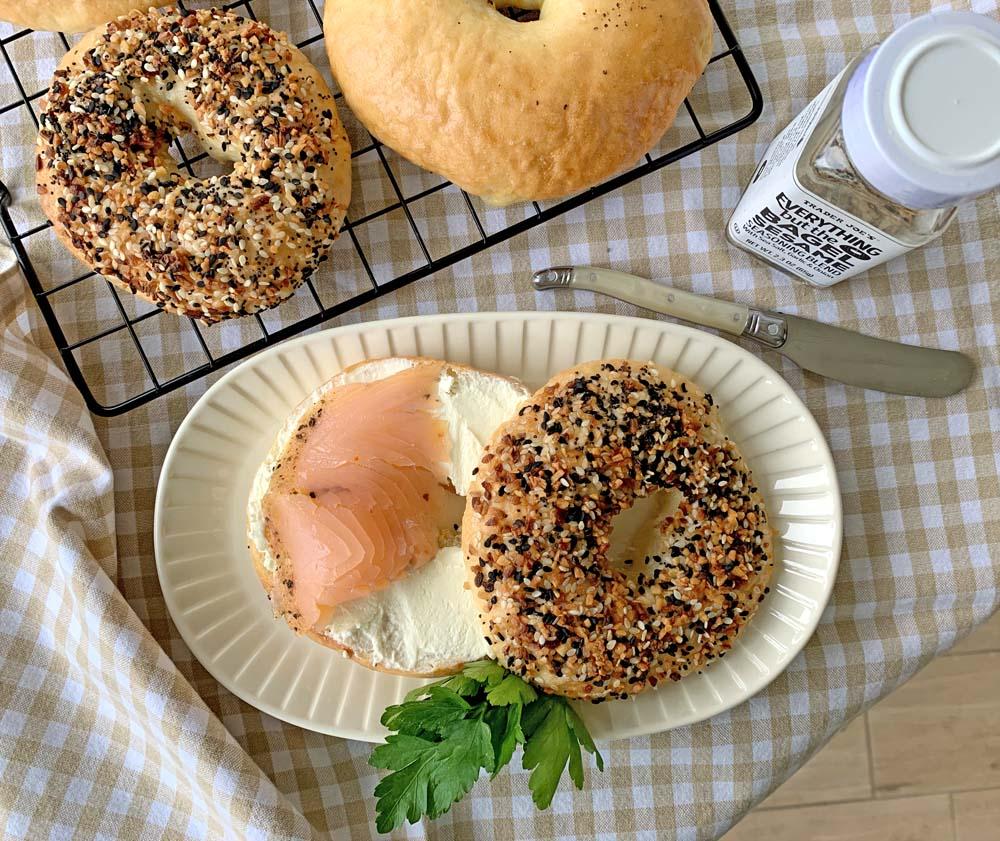 bagel mit Frischkäse und Räucherlachs