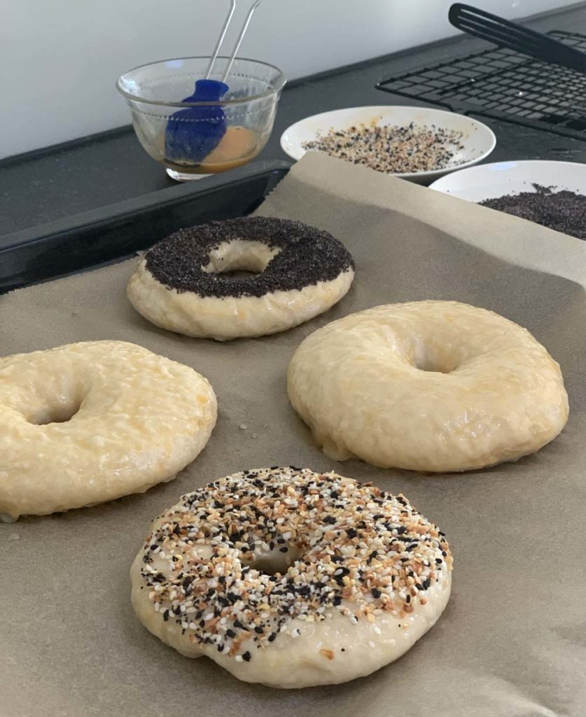 Blanchierte Bagel mit Toppings