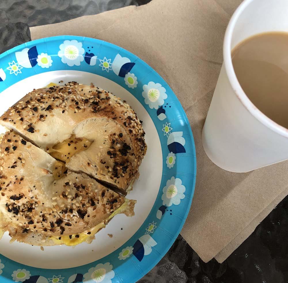 Bagel aus dem Coffee Shop - mt Ei und Käse
