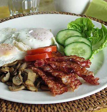 Irish Breakfast / irisches Frühstück mit Ei, Speck und Pilzen