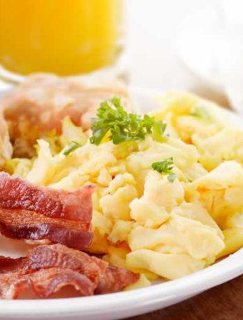 Amerikanisches Frühstück mit Speck und Eiern