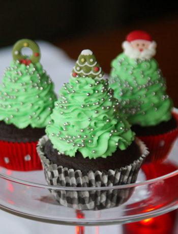 Weihnachts-Cupcakes mit grüner Cremehaube