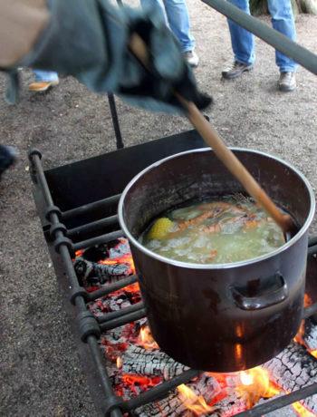 Topf auf dem Feuer beim Crawfish Boil