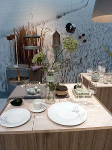 Naturfarben gedeckter Tisch