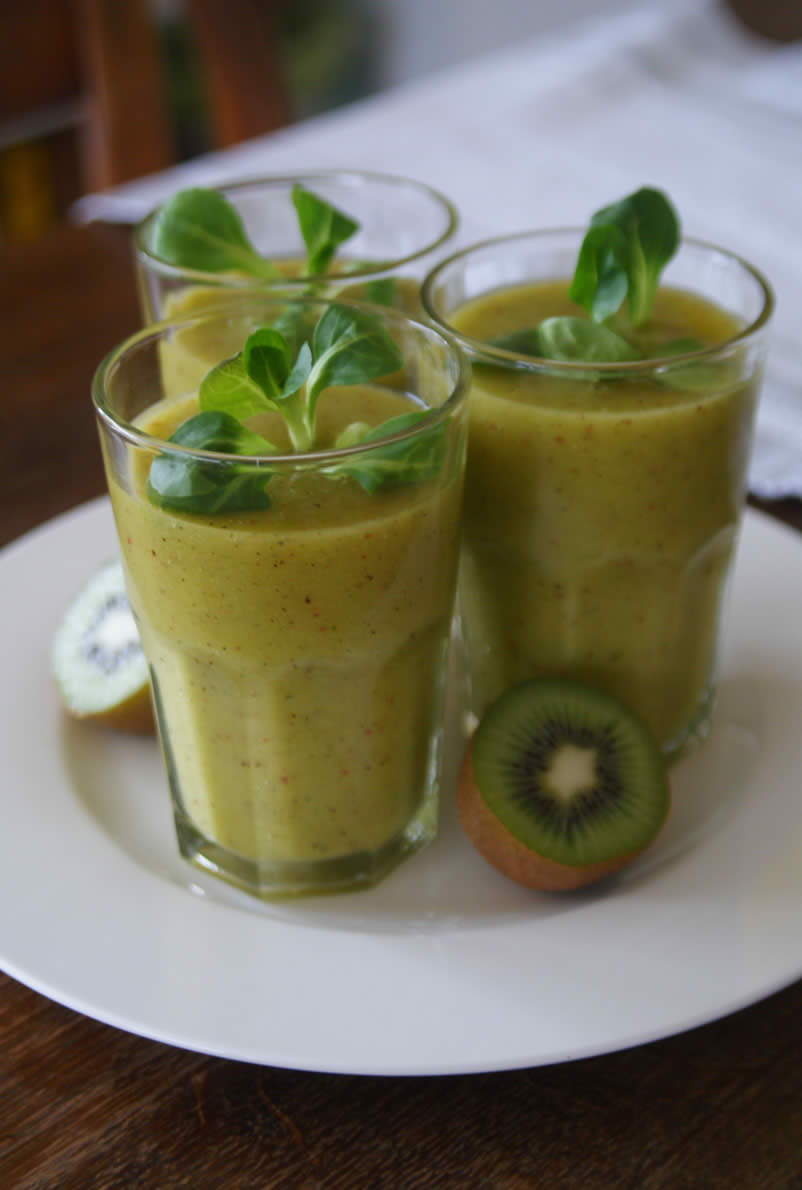 Green Smoothie mit Ananas & Kiwi