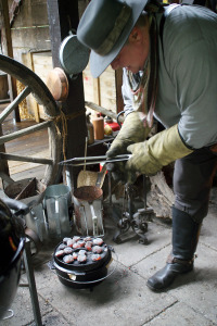 Moderne Kochmethode auf Kohlebriketts