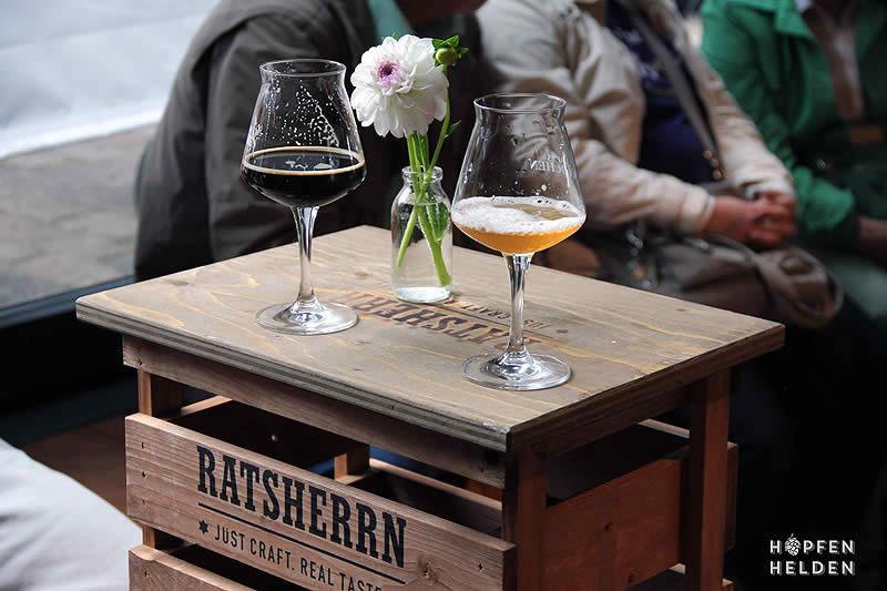 Zwei Biere auf Kiste