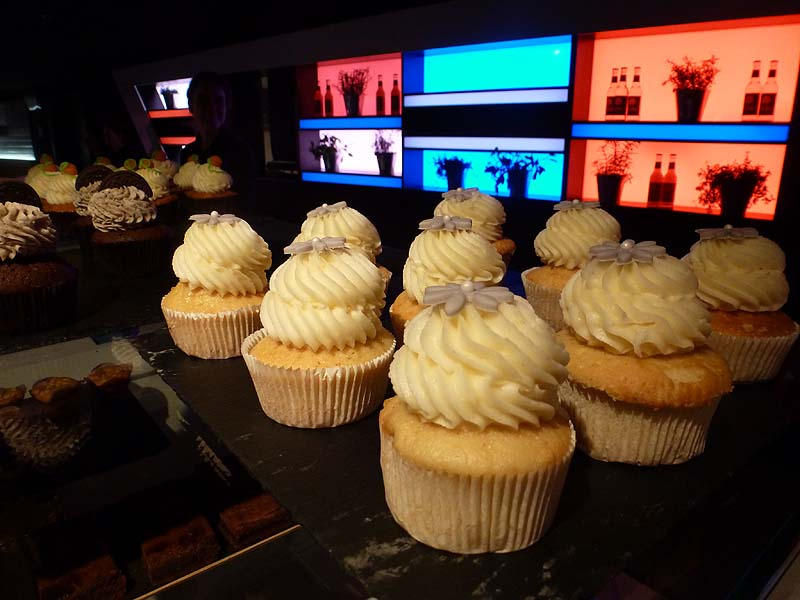 Futuristisches Diner, klassisches Gebäck - Cupcakes