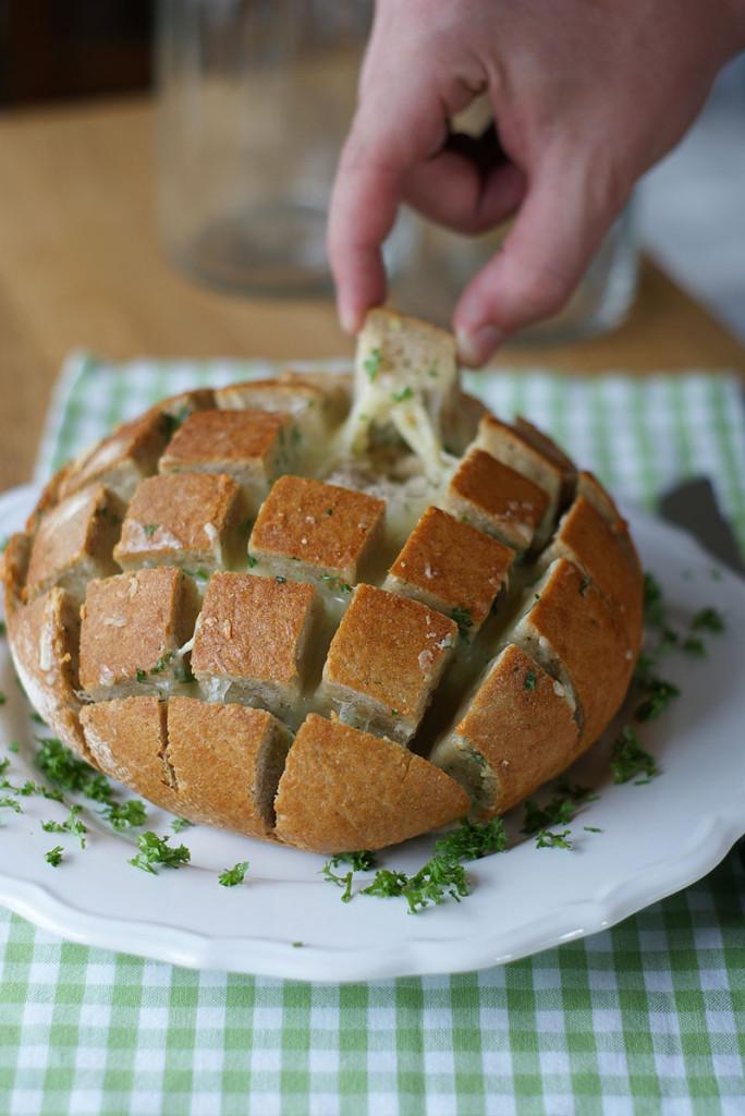 Crack Bread with garlic and cheese (Zupfbrot mit Knoblauch und Käse)