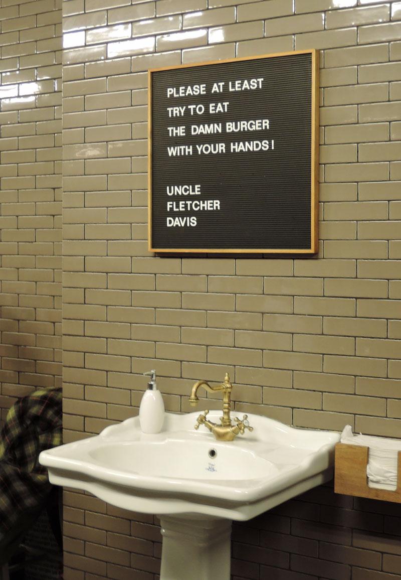 Und nach dme Burger essen Hände waschen...