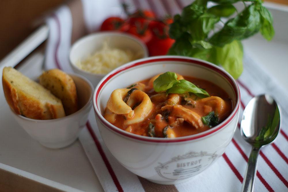 Rezept für Creamy Tortellini Soup / Tortellinisuppe