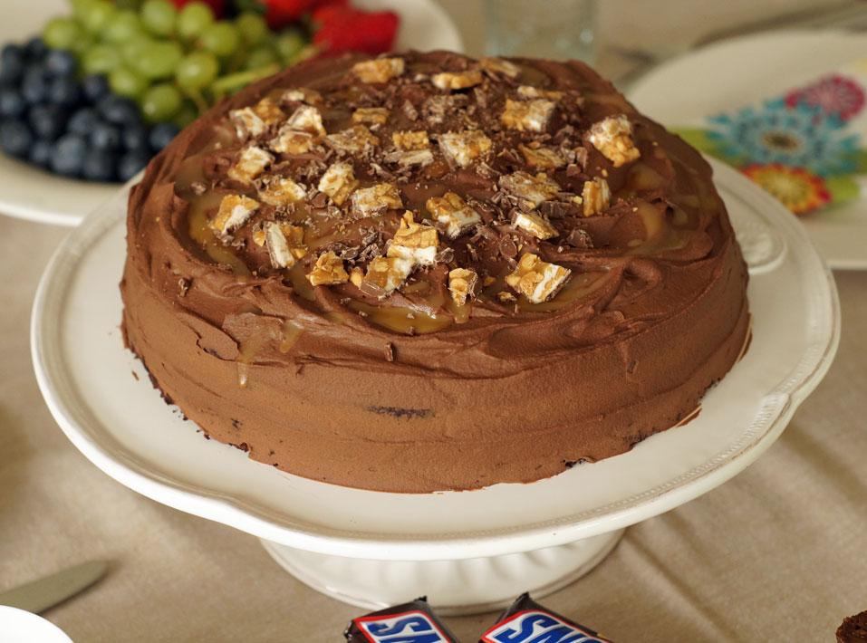 Snickers Cake mit Schokolade und Erdnussbutter