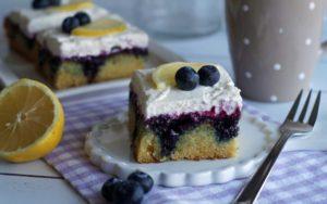 Poke-Cake mit Blaubeeren udn Zitrone