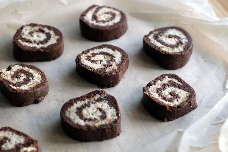 Chocolate Coconut Pinwheel Cookies - roh auf dem Blech