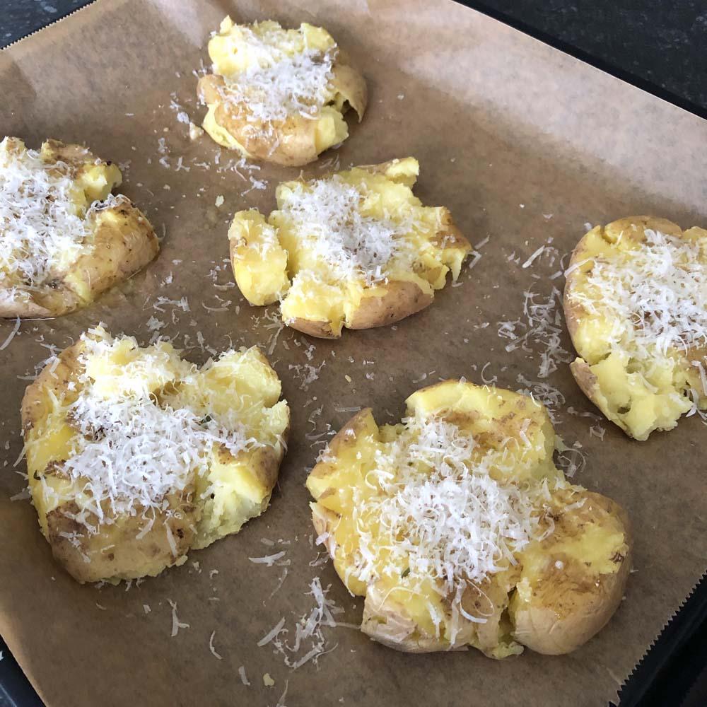 Garlic Smashed Potatoes - vor dme Backen