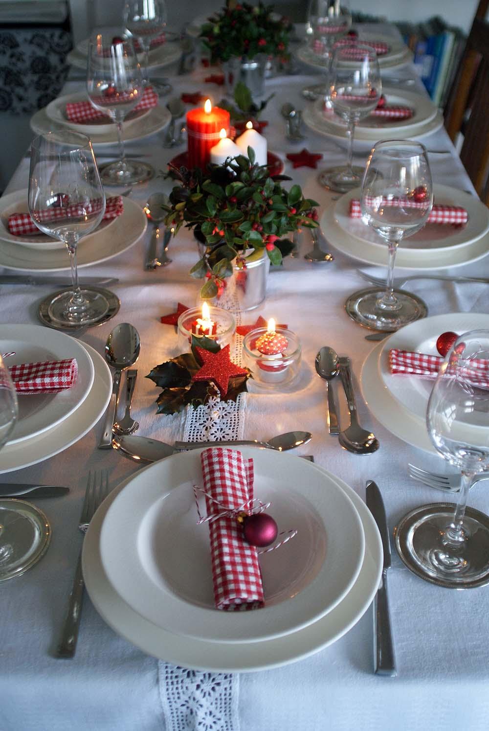 Weihnachts-Tischdekoration in rot, weiß und grün