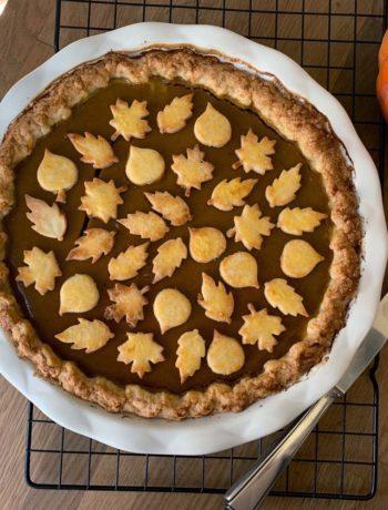 Pumpkin Pie mit Verzierungen aus Teigblättern