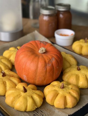 Rezept für Pumpkin Rolls - Hefe-Milchbötchen mit Kürbispüree im Teig