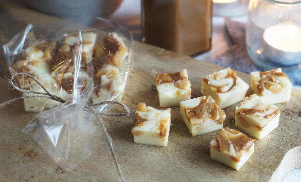 Fudge mit Dulce de Leche und gesalzenen Macadamia-Nüssen als Geschenk aus der Küche
