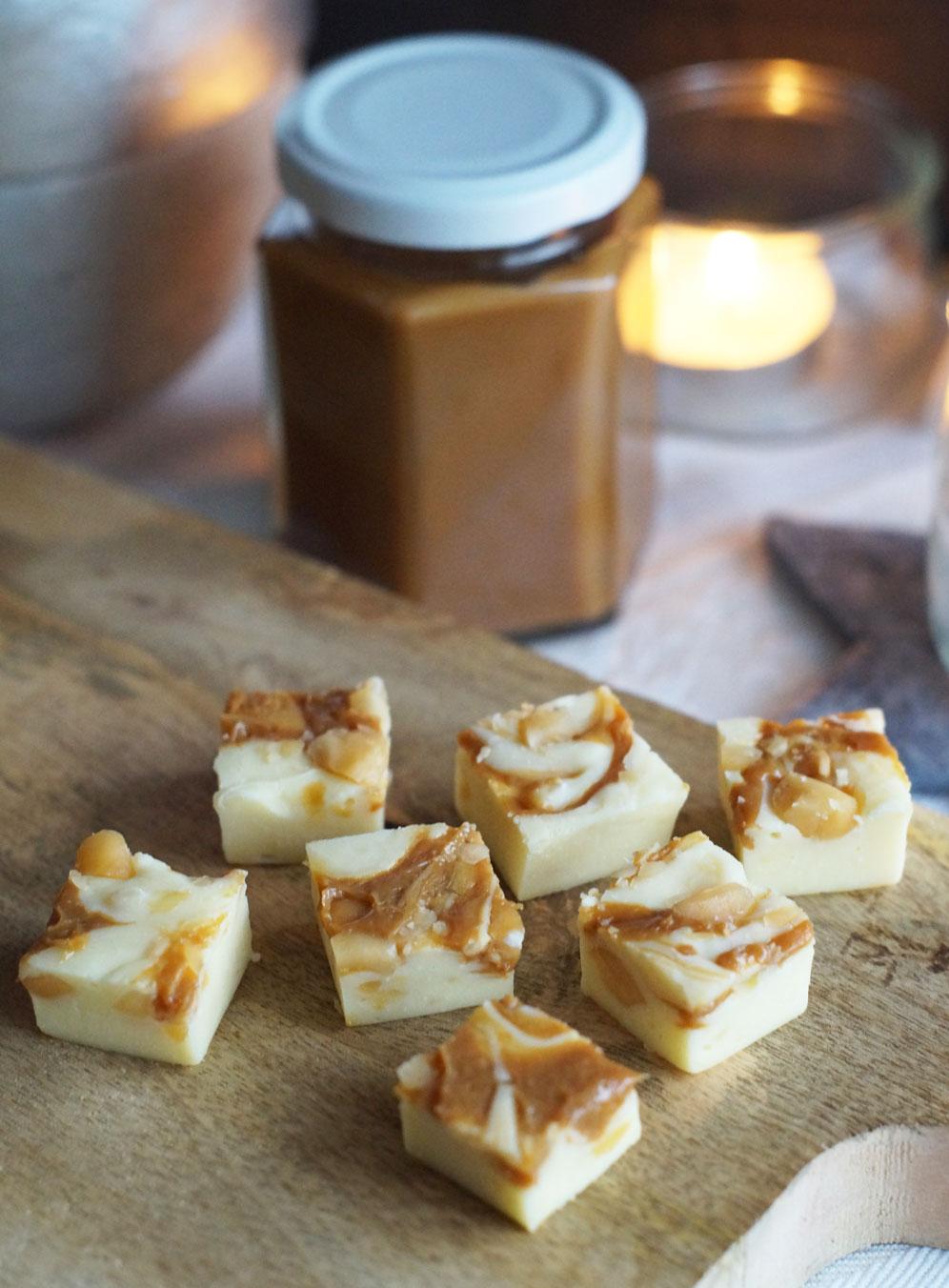 Fudge mit Dulce de Leche und gesalzenen Macadamia-Nüssen