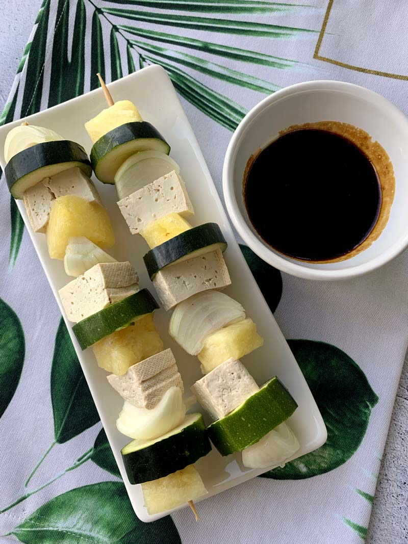 Grillspieße mit Tofu, Ananas, Zwiebel und Zucchini