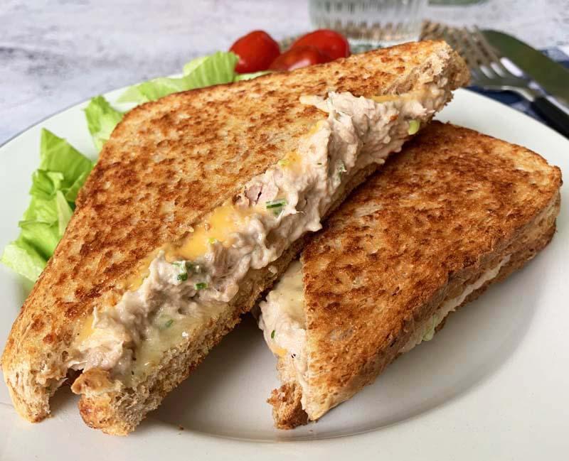 Warmes Thunfisch-Sandwich mit cremiger Füllung