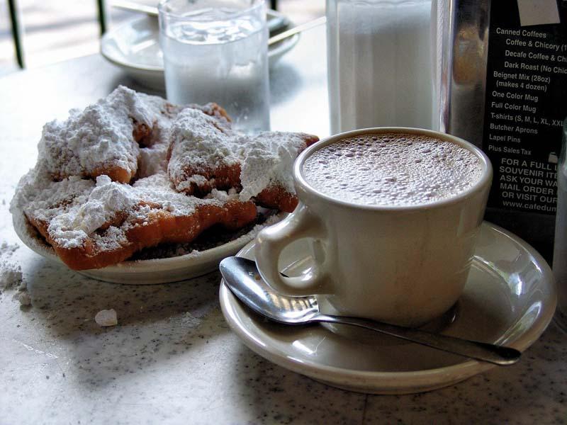 Beignets und Chikory Coffee im Cafe du Monde
