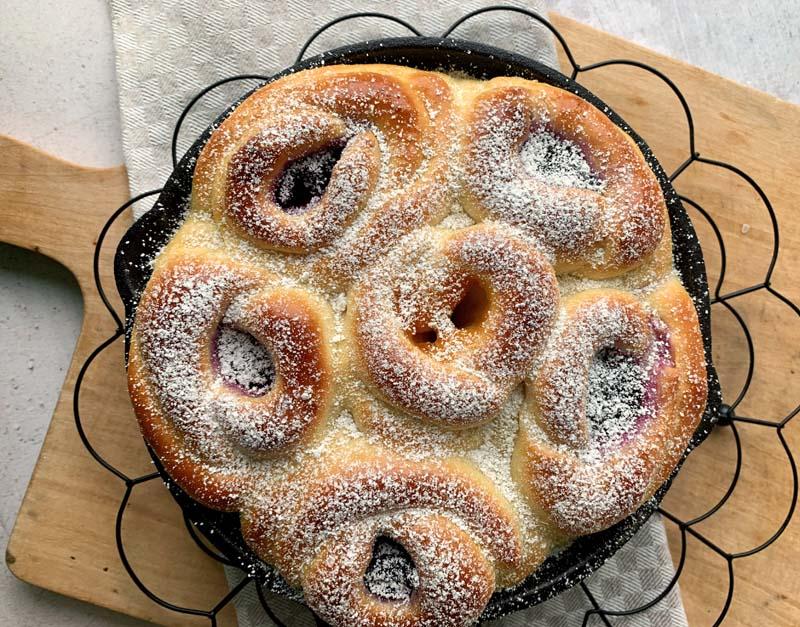 Rose Buns - Rosenbrötchen - aus Hefeteig mit Marmeladenfüllung