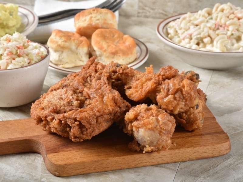 Fried Chicken mit Biscuits und Slaw