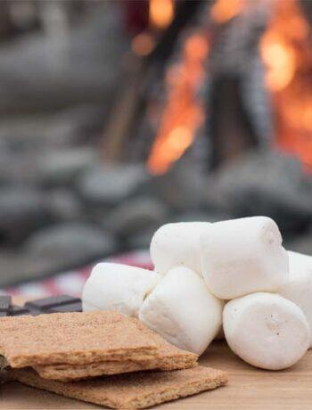 Smores - Süßigkeit, die am Lagerfeuer zubereitet wird