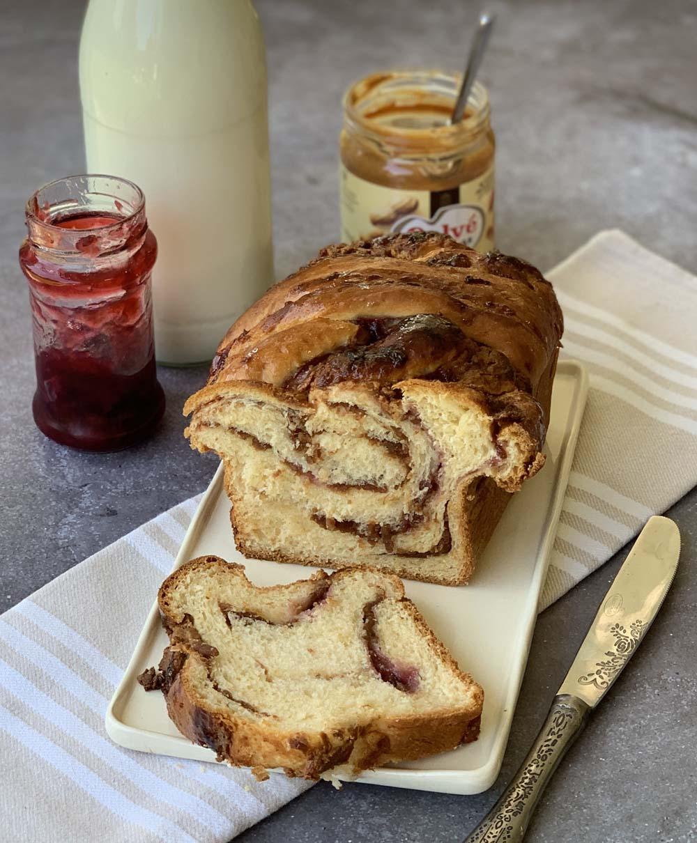 Hefezopf mit Erdnussbutter- und Marmeladenfüllung: Babka